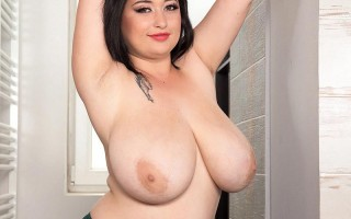 Girl-next-door Amie Taylor taking a shower