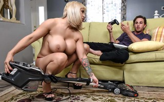 Sexy milf Alyssa Lynn loves cleaning naked