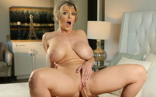 Step Mom Dee Williams loves a hot mess