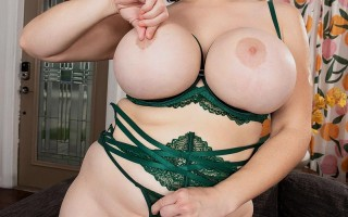 Brooklyn Springvalley spreading in her sexy green lingerie
